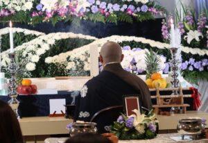 葬儀で読経を行うお寺さん